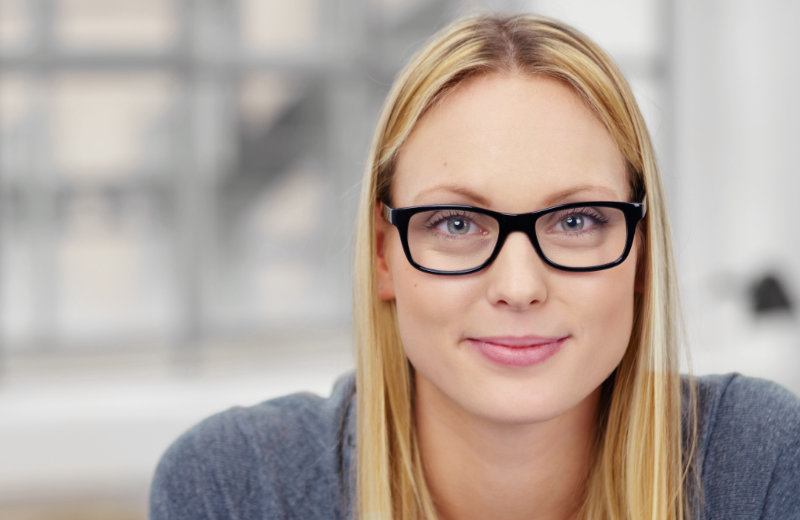 Blonde Frau mit Business Brille